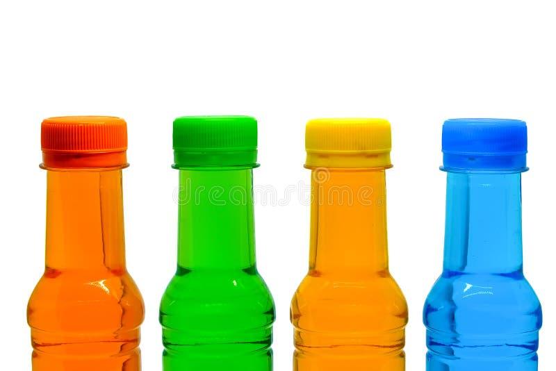 Bouteilles supérieures de coloré de l'eau potable douce photos stock