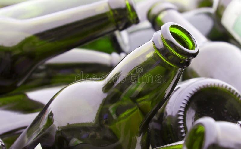 Bouteilles vertes pour la réutilisation photo libre de droits