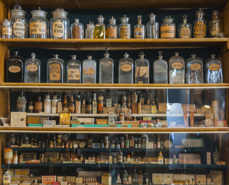 Bouteilles vides de parfum dans la vieille pharmacie images stock
