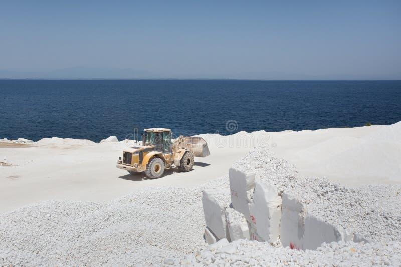 Bouteur à la carrière de marbre sur l'île photographie stock libre de droits