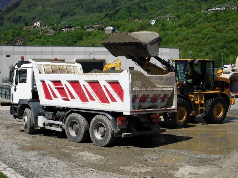 Bouteur et un camion au travail photo libre de droits