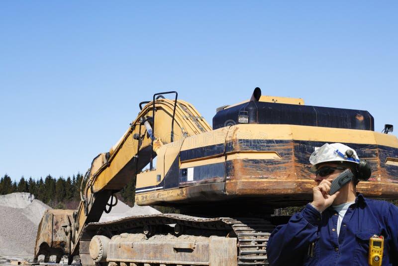 Bouteurs, camions et travailleur dans l'action photo stock