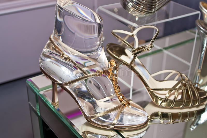Boutique élégante des chaussures des femmes image libre de droits