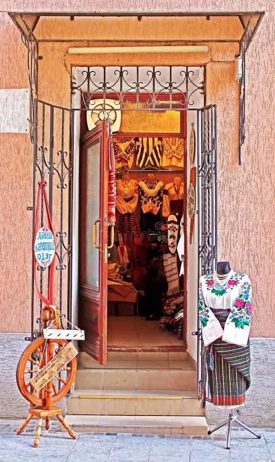 Boutique avec de vieux vêtements traditionnels photos libres de droits