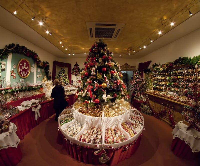 Boutique avec des décorations de Noël photo stock