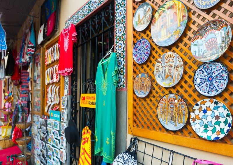 Boutique avec les souvenirs andalous traditionnels photos libres de droits