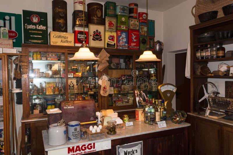 Boutique coloniale antique avec des marchandises photos libres de droits
