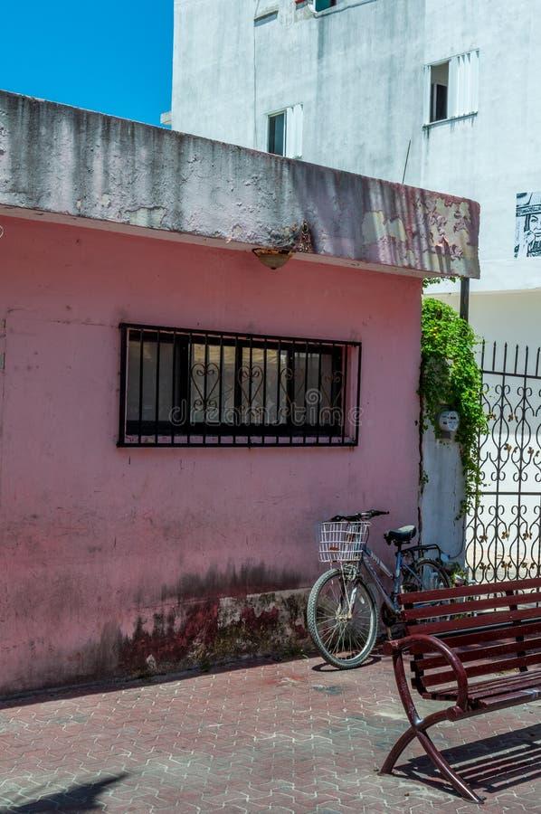 Boutique concrète rose avec les barres en métal et la bicyclette - Playa Del Carme photo stock