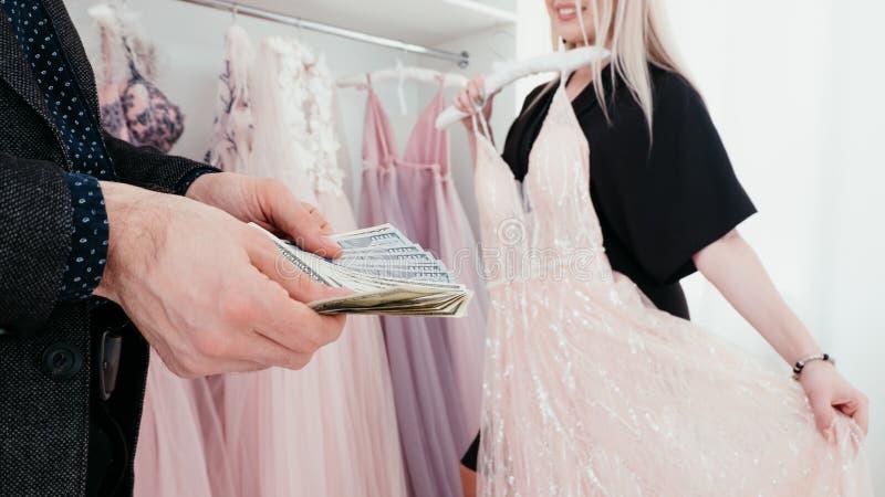 Boutique costoso del vestido de cóctel de los pares que hace compras imagenes de archivo