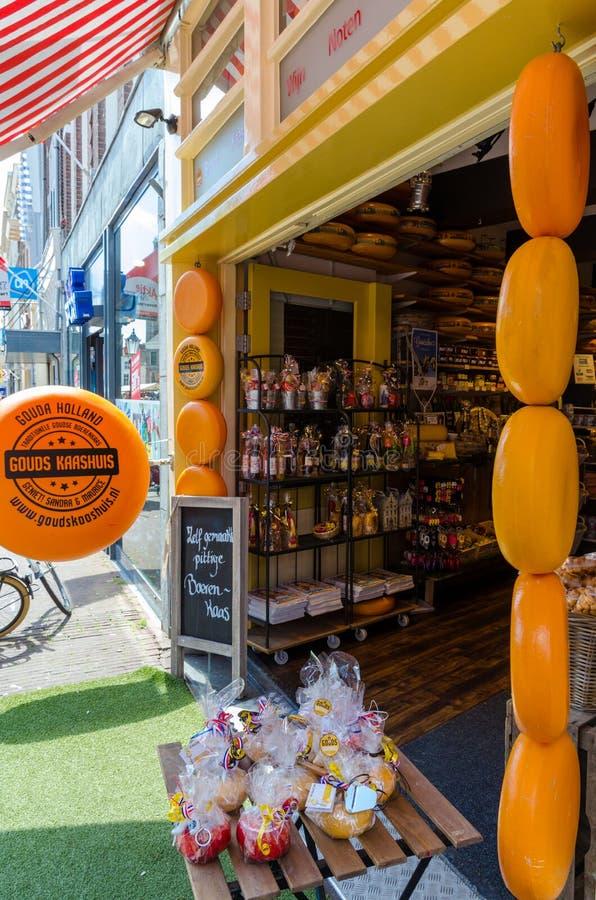 Boutique délicieuse de fromage de Hollande au centre de la ville du Gouda image stock