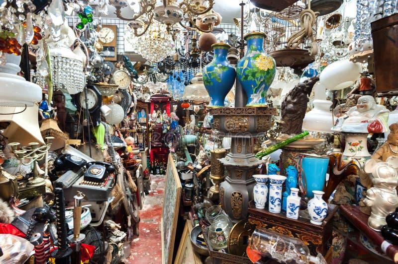 Boutique d'ordure encombrée au marché supérieur d'antiquité de rangée de Lascar, Hong Kong image stock
