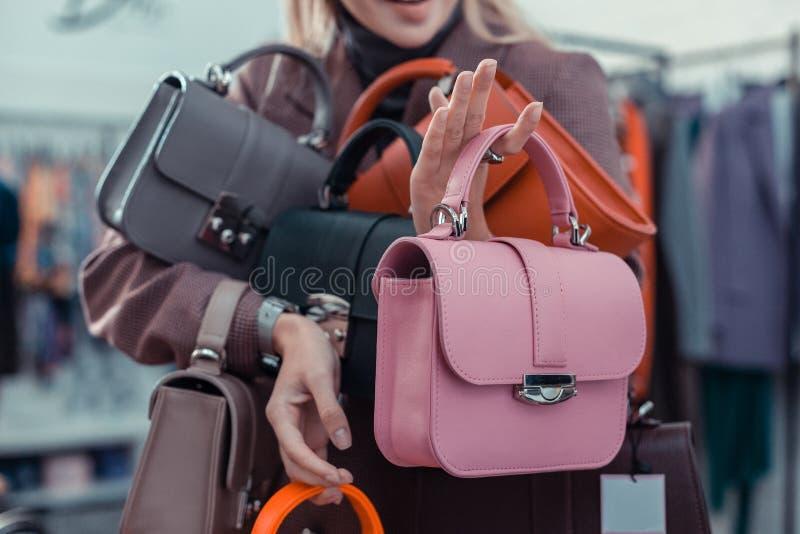Boutique de apertura de la moda de la mujer que muestra el bolso rosado agradable foto de archivo libre de regalías