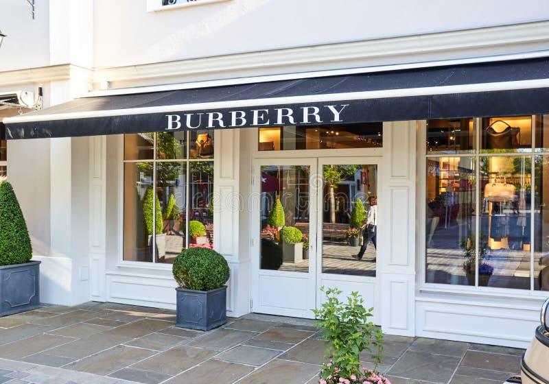 Boutique de Burberry dans le village de Vallee de La photo libre de droits