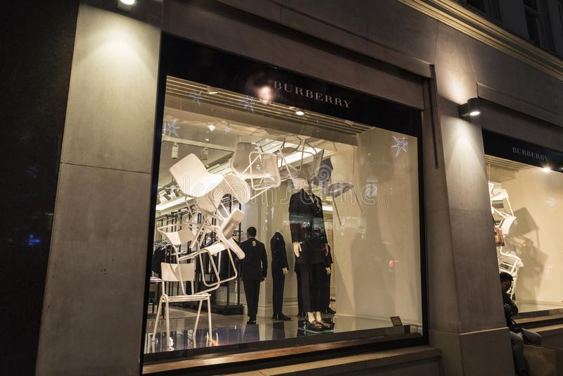 Boutique de Burberry la nuit à Londres, Angleterre, Royaume-Uni photographie stock libre de droits