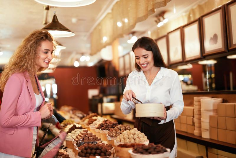 Boutique de chocolat Bonbons de achat à chocolat de femme dans le magasin photo stock