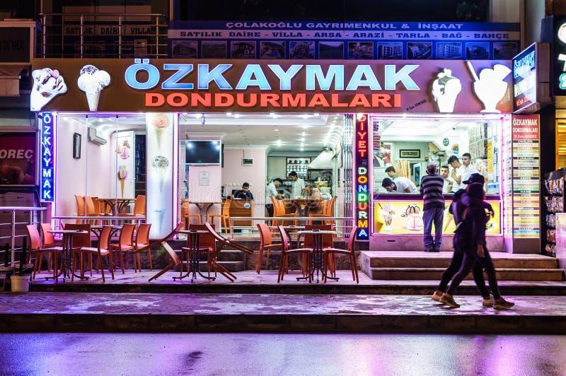 Boutique de crème glacée pendant la nuit images libres de droits