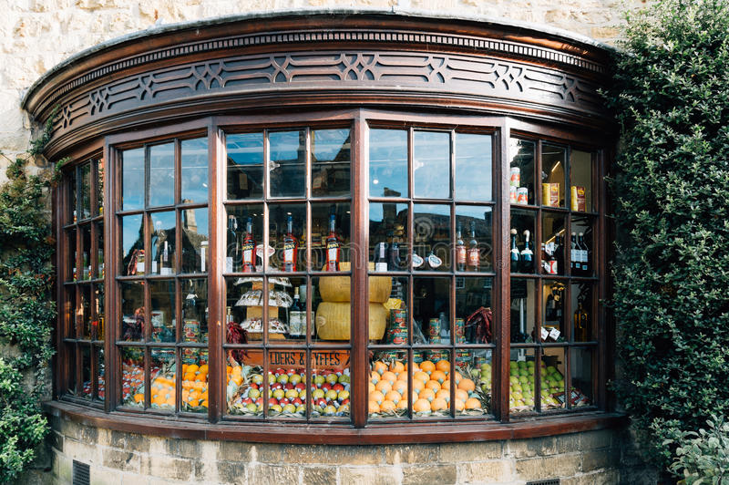 Boutique de fenêtre d'arc avec les produits locaux images libres de droits