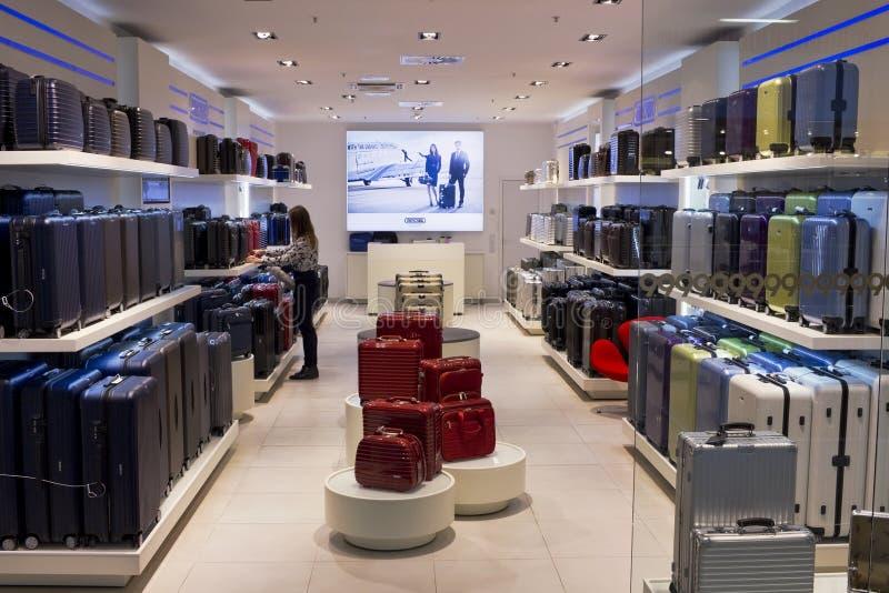 Boutique de la élite de las maletas de Rimowa fotos de archivo