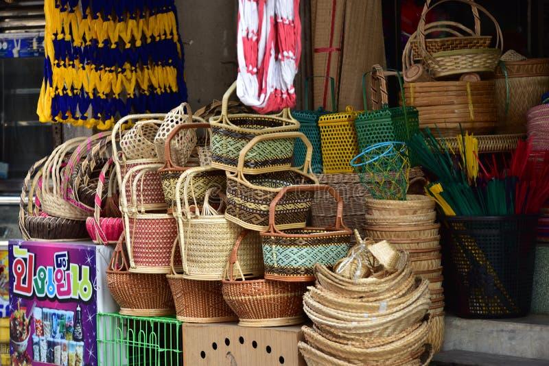 Boutique de paniers Il y a beaucoup genre de panier qui sont faits en bambou L'osier de panier est fabriqué à la main thaï C'est  photos stock