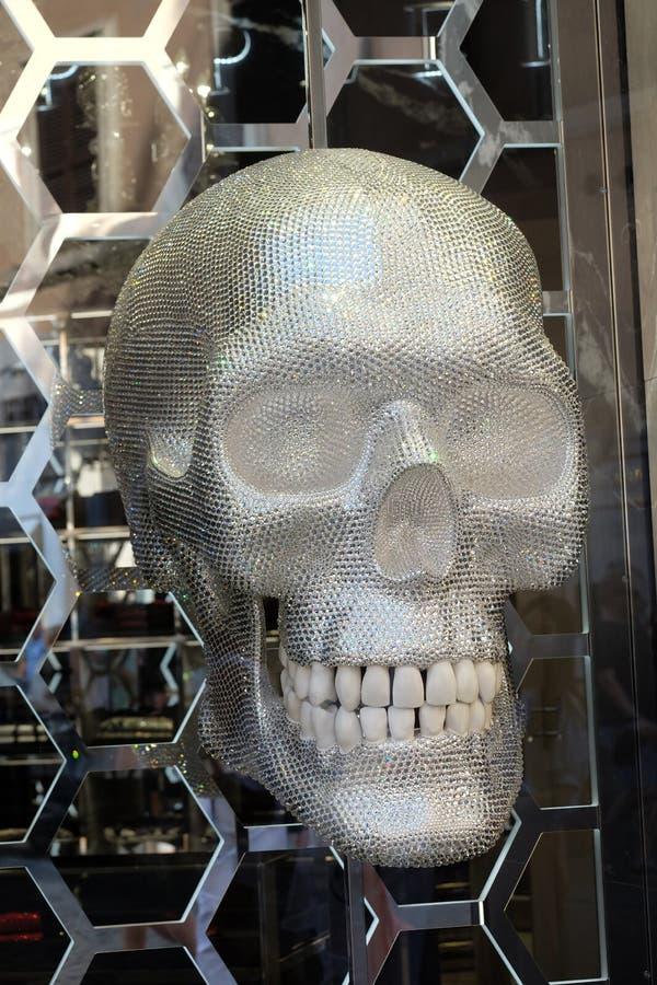 Boutique de Philipp Plein avec un crâne brillant situé sur Piazza di Spagna, près de par l'intermédiaire de Condotti à Rome photos stock