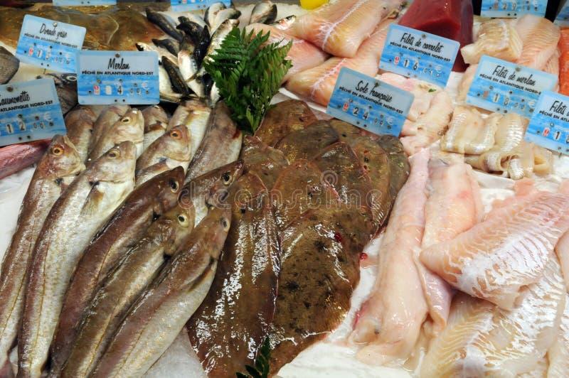 Boutique de poissons dans la ville de Honfleur photographie stock
