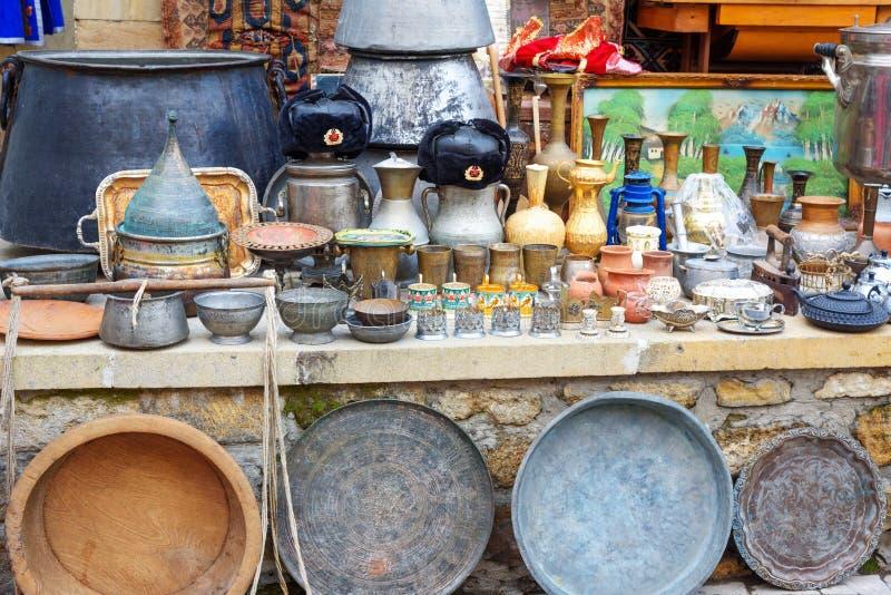 Boutique de souvenirs avec des antiquités dans la vieille ville Icheri Sheher bakou l'azerbaïdjan photographie stock
