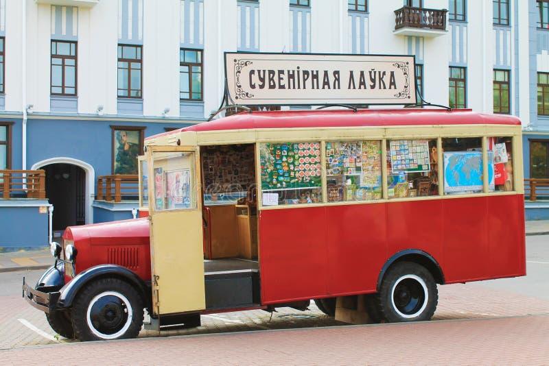 Boutique de souvenirs d'autobus au centre de la ville sur le fond de la maison photos stock