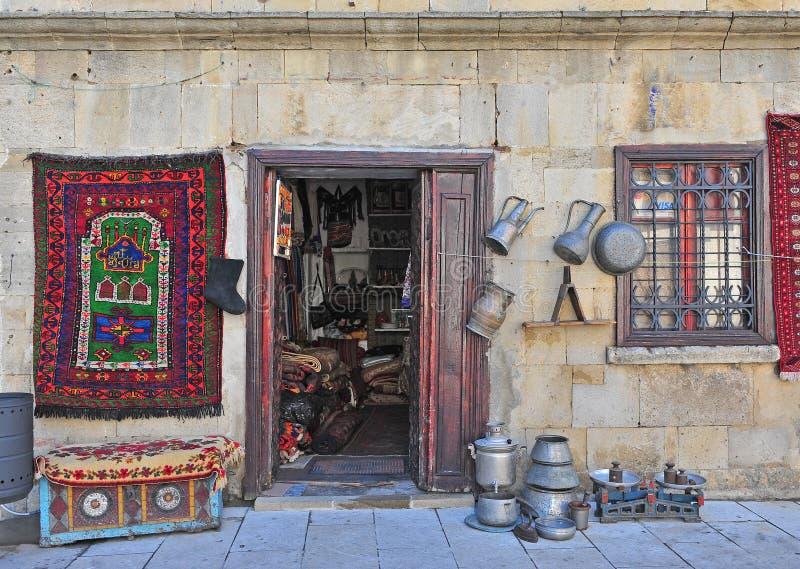 Boutique de souvenirs dans la vieille ville de Bakou photographie stock libre de droits
