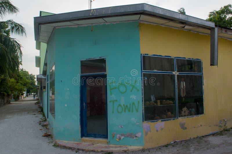Boutique de souvenirs dans le village situé à l'île tropicale photo libre de droits