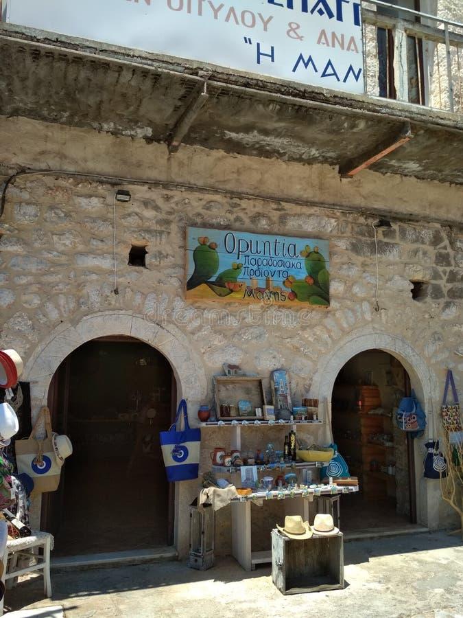 Boutique de souvenirs dans une ville sur Péloponnèse images libres de droits