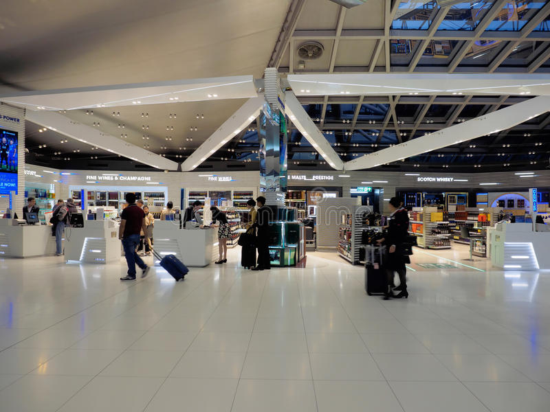 Boutique hors taxe à l'aéroport international de Suvarnabhumi, Bangkok, Thaïlande images libres de droits