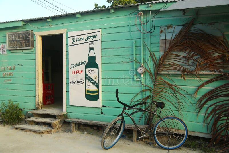 Boutique locale dans le matoir de Caye, Belize image stock