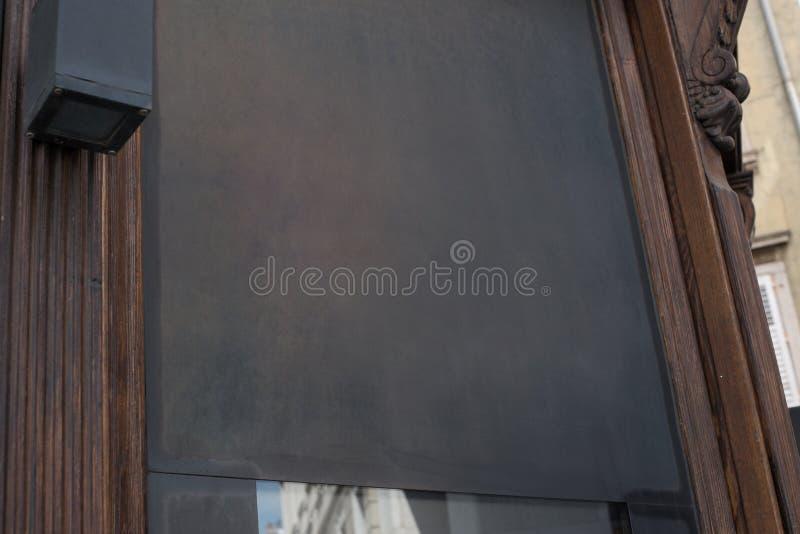 Boutique, maqueta de la muestra del logotipo del restaurante Tabla de madera oscura vacía imagenes de archivo