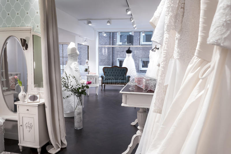 Boutique nuptiale de mariage de boutique, vestiaires, fenêtre photos stock