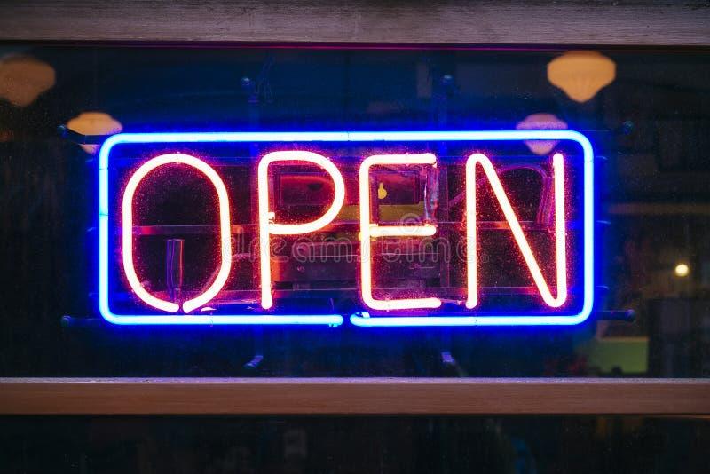 Boutique ouverte de restaurant de guide optique de signage d'enseigne au néon photo libre de droits