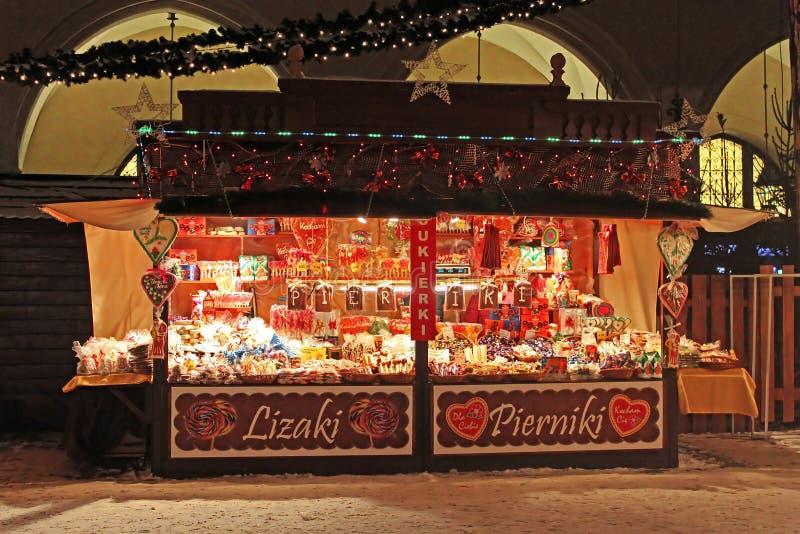 Boutique typique la nouvelle année juste près du tissu Hall à Cracovie, Pologne images stock
