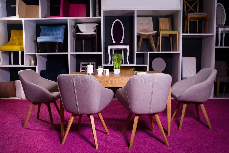 Boutique, vente des meubles à un centre commercial Échantillon d'exposition dinant la table en bois avec des chaises de textile d photo stock