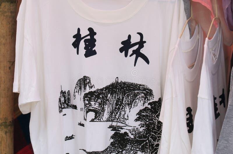 Boutique Xingping Chine de T-shirt de marché en plein air de Xingping photo libre de droits