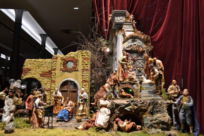 Boutiquenfenster Dolce u. Gabbana verziert für Weihnachtsfeiertage mit ursprünglicher neapolitanischer Kinderkrippe stockbild