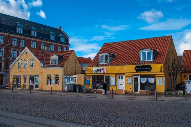 Boutiques dans de vieilles maisons dans le secteur de Valby photographie stock libre de droits