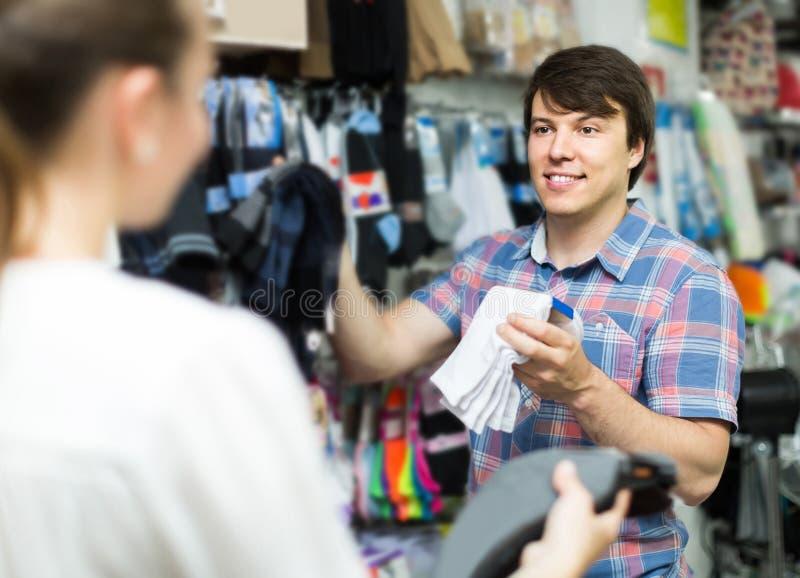 Boutiques de couples aux chaussettes de achat de magasin photographie stock