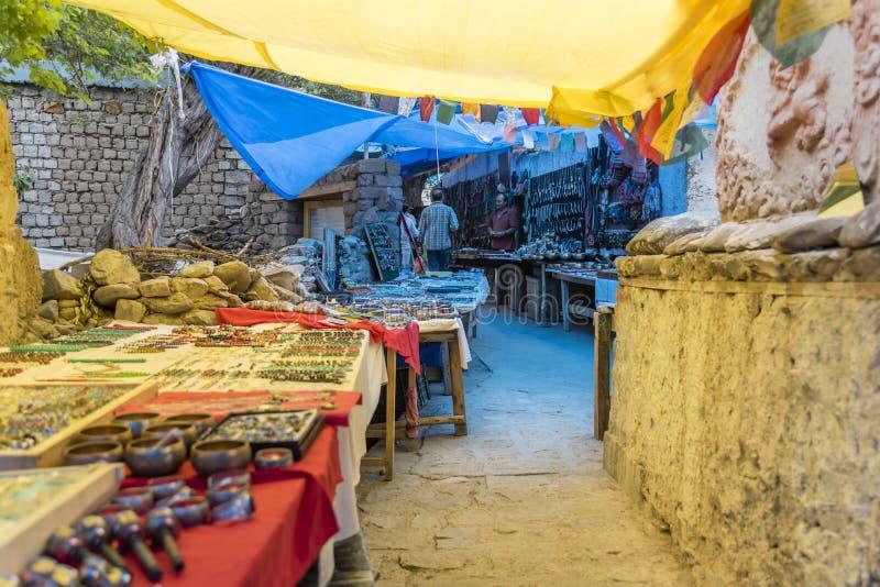 Boutiques de souvenirs de Ladakhi de côté de rue photo stock