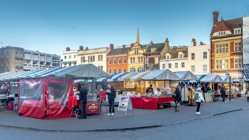 Boutiques de souvenirs de visite de rue de touriste à la place du marché sur Cambridge image libre de droits