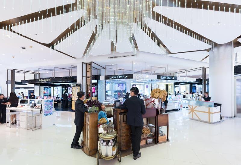 Boutiques dos cosméticos em Siam Paragon Mall, Banguecoque imagem de stock royalty free