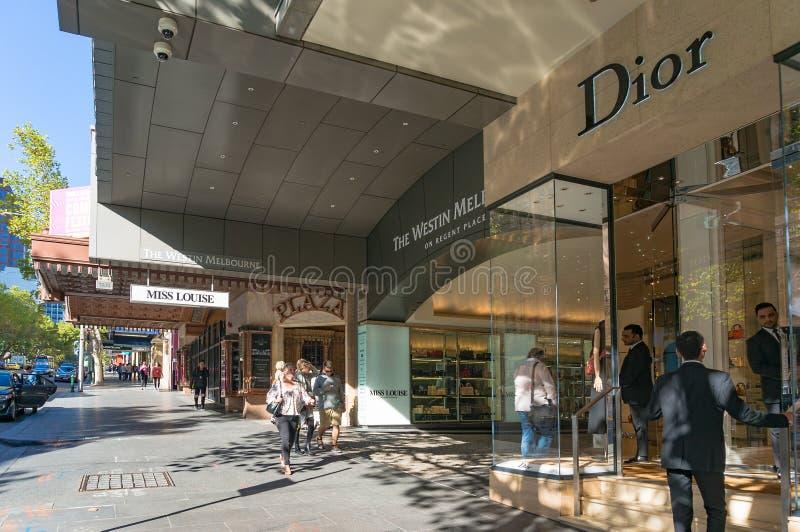 Boutiques et hôtels de luxe sur la rue célèbre de Collins dans Melbourn images libres de droits