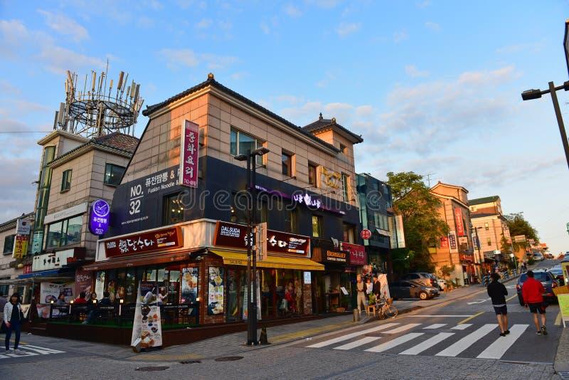 Boutiques et restaurants au village de Bukchon Hanok à Séoul photos stock