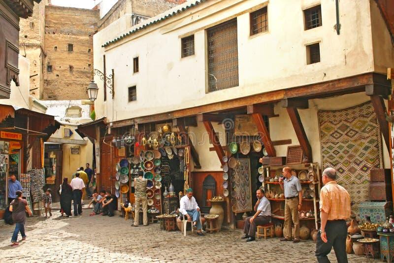 Boutiques vendant les plats en céramique et d'autres marchandises en vieille Médina images stock