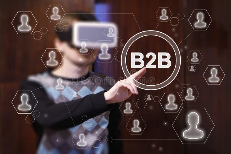 Bouton B2B de contact d'homme d'affaires dans le dispositif VR de réalité virtuelle photos libres de droits