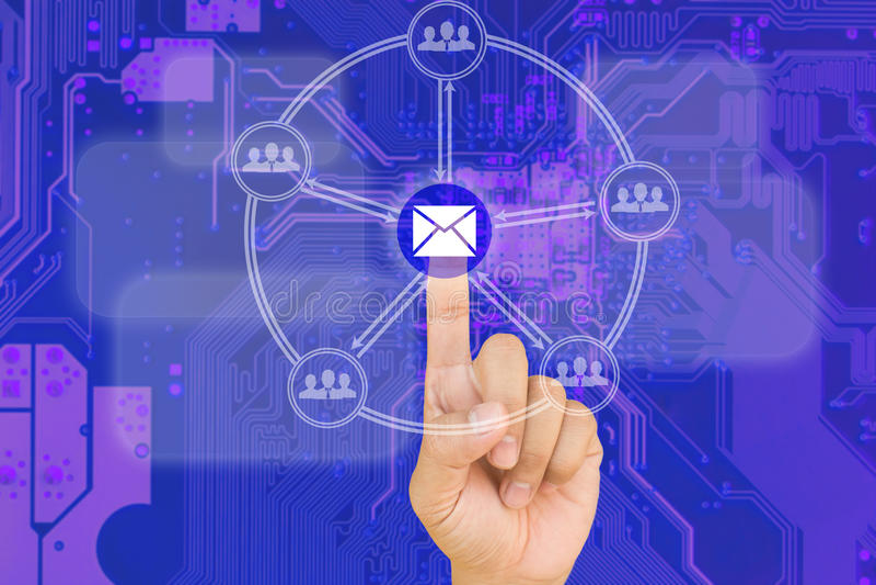 Bouton d'email de pressing de main sur l'interface avec du Ba bleu de bord de carte PCB images libres de droits