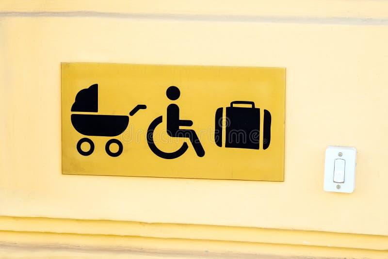 Bouton d'ouvreur de porte pour les handicapés, la poussette et le bagage à images stock